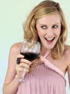 donna_beve_vinorosso2