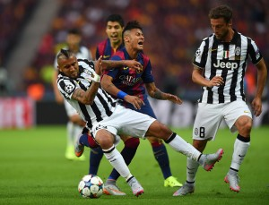 BERLIN, GERMANY - JUNE 06: Neymar of Barcelona is challenged by Arturo Vidal and Claudio Marchisio (R) of Juventus during the UEFA Champions League Final between Juventus and FC Barcelona at Olympiastadion on June 6, 2015 in Berlin, Germany.  (Photo by Shaun Botterill/Getty Images)