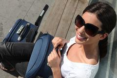 donna-che-attende-con-una-valigia-25342707